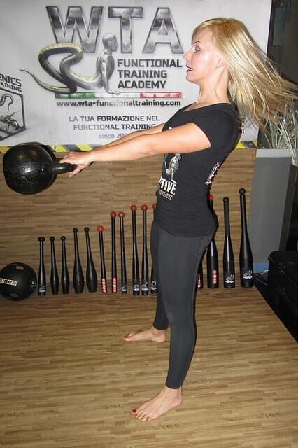 ケトルベルトレーニングをする女性